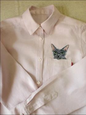 ポケットに猫を刺繍したシャツの写真